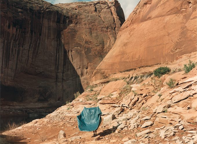 Crédito imagen: Peter Goin. Flying tent, North Gulch, Moqui Canyon, from A New Form of Beauty: Glen Canyon Beyond Climate Change. Printed: 2018, file created 1997. Digital pigment print, on Hahnamuhle 350 gsm watercolor paper. © Peter Goin, cortesía del artista.