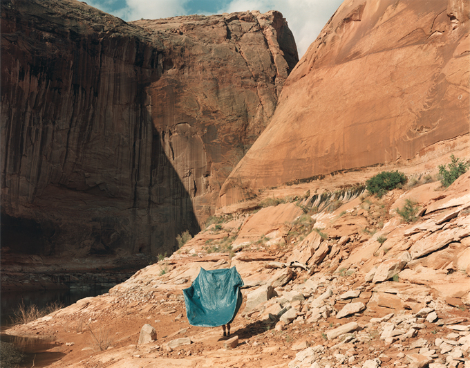 Crédito imagen: Peter Goin.Flying tent, North Gulch, Moqui Canyon, from A New Form of Beauty: Glen Canyon Beyond Climate Change. Printed: 2018, file created 1997. Digital pigment print, on Hahnamuhle 350 gsm watercolor paper. © Peter Goin, cortesía del artista.